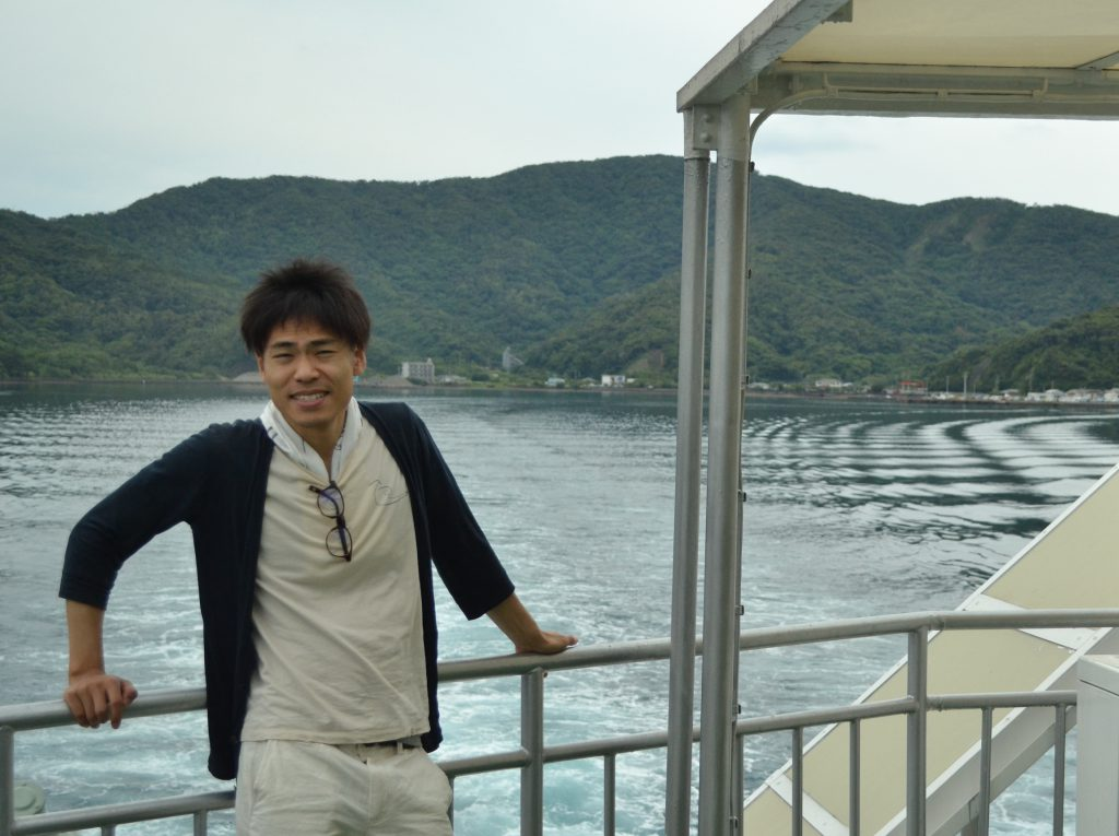 加計呂麻島へのフェリーにて(1泊2日の疲れで目が開きません笑)