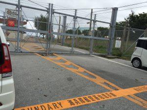 基地のフェンスの向こう側。初めて間近で見て、もっと知りたい、という衝動に駆られました。