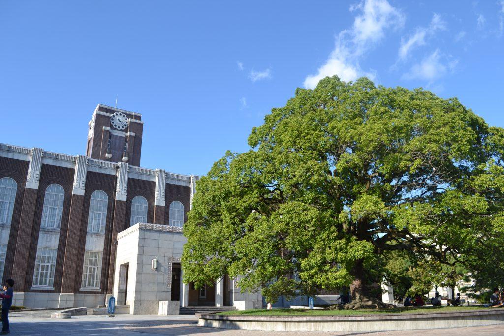 インタビューを行った京都大学にて