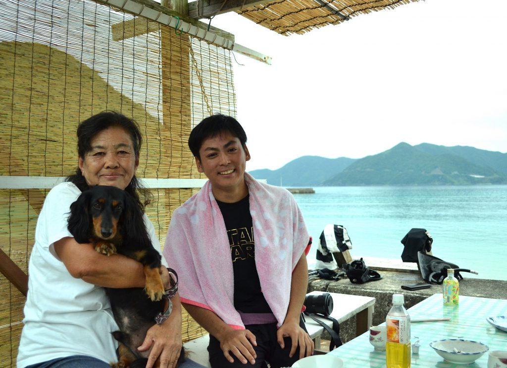 奄美大島の隣島 加計呂麻島にて、笑顔が素敵な島の方と触れ合う