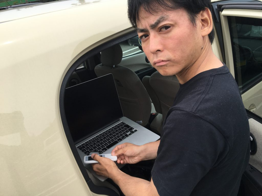 奄美大島では車が必須。PCがあればどこでもオフィスになる…?!